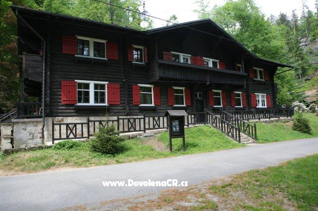 lovecka chata na tokani Po českém švýcarsku na elektrokole pokud chcete poznat místní krajinu ze sedla kola, ale nemáte rádi kopce, pak je výlet na elektrokolech přesně pro vás.